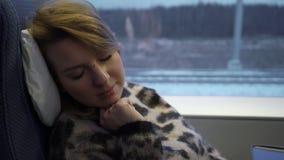 Jeune femme dormant dans un train clips vidéos