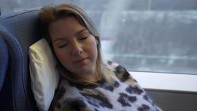 Jeune femme dormant dans un train banque de vidéos