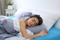 Jeune femme dormant sur l'oreiller mol à la maison image libre de droits