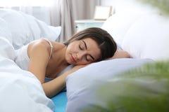 Jeune femme dormant sur l'oreiller mol image stock