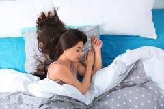 Jeune femme dormant sur l'oreiller mol, vue supérieure photo stock