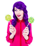Jeune femme drôle avec les cheveux pourpres et l'isolat coloré de lucettes Photos libres de droits
