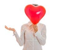 Jeune femme drôle de brune avec le coeur rouge dans la pose de mains d'isolement sur le fond blanc Concept de jour du ` s de Vale Photo libre de droits