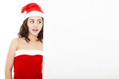 Jeune femme drôle faisant un geste avec un conseil blanc Photo stock