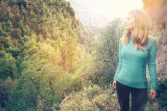 Jeune femme détendant le voyage extérieur de mode de vie Photos stock