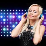 Jeune femme du DJ avec des écouteurs Fille blonde heureuse Photographie stock libre de droits