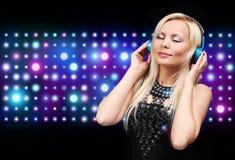 Jeune femme du DJ avec des écouteurs Fille blonde heureuse Images libres de droits