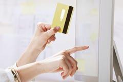 Jeune femme effectuant des paiements en ligne. Photographie stock libre de droits