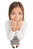 Jeune femme effrayée et chargée d'affaires Photo stock