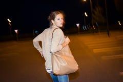 Jeune femme effrayée exécutant de son poursuivant photographie stock libre de droits