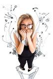 Jeune femme effrayée et soumise à une contrainte d'affaires mordant ses doigts Image stock