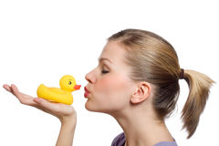 Jeune femme embrassant le canard en caoutchouc jaune Photo libre de droits