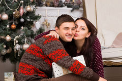 Jeune femme embrassant son ami Image stock