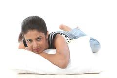 Jeune femme embrassant son oreiller le matin Photos stock