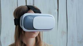 Jeune femme employant des verres de réalité virtuelle