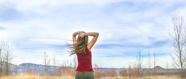 Jeune femme en agrostide blanche marchant le beau jour d'automne dans le Se rural Photo stock
