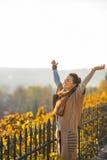 Jeune femme en automne se réjouissant dehors Photos libres de droits