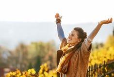 Jeune femme en automne se réjouissant dehors Photo libre de droits
