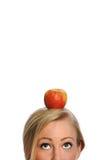 Jeune femme en bonne santé avec Apple sur sa tête Image libre de droits