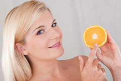 Jeune femme en bonne santé avec une orange Images libres de droits