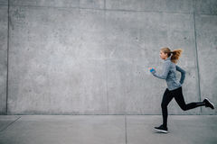 Jeune femme en bonne santé courant dehors photos libres de droits