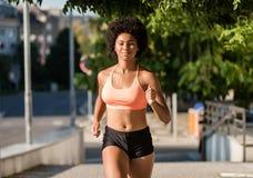 Jeune femme en bonne santé d'afro-américain courant dehors photos libres de droits
