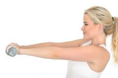 Jeune femme en bonne santé d'ajustement heureux attrayant établissant avec les poids muets de Bell Photos libres de droits