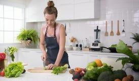 Jeune femme en bonne santé dans des légumes d'une coupe de cuisine photos libres de droits