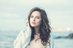 Jeune femme en bonne santé de brune dehors Photo stock