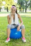 Jeune femme en bonne santé de forme physique avec la boule de Pilates extérieure Photographie stock libre de droits