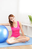 Jeune femme en bonne santé faisant le yoga à la maison Photographie stock