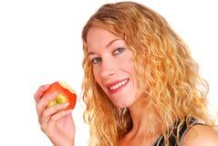 Jeune femme en bonne santé mangeant une pomme Image stock