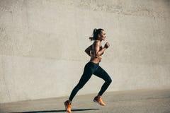 Jeune femme en bonne santé sur la course de matin images libres de droits
