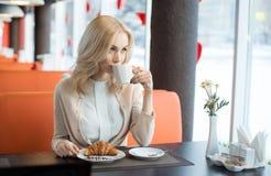 Jeune femme en café image stock