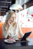 Jeune femme en café photographie stock libre de droits