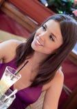 Jeune femme en café Images stock