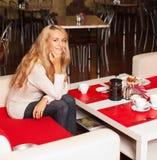 Jeune femme en café Photos libres de droits