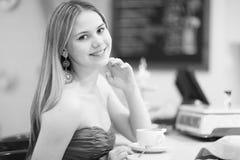 Jeune femme en café images libres de droits