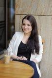 Jeune femme en café extérieur Photo stock