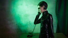 Jeune femme en costume de style de matrice, technologie numérique d'Internet et télécommunication, concept photographie stock libre de droits