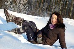 Jeune femme en forêt de l'hiver image stock