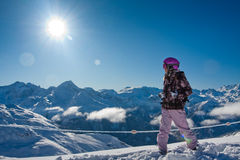 Jeune femme en hautes montagnes. L'hiver Image libre de droits