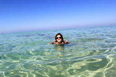 Jeune femme en mer Photo stock