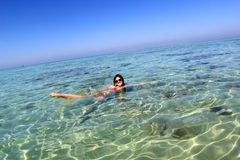 Jeune femme en mer Image stock