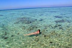 Jeune femme en mer Photo libre de droits