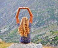 Jeune femme en montagnes Photographie stock