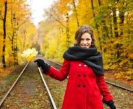 Jeune femme en parc d'automne Photo stock