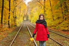 Jeune femme en parc d'automne Photographie stock