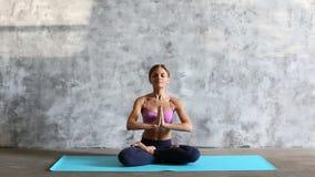 Jeune femme en position de lotus banque de vidéos