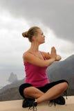 Jeune femme en position de relaxation extérieure image libre de droits